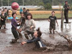 「泥田で熱戦」 デジ吉 様(2013年4月)