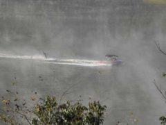 「朝もや立つ耶馬渓ダム・水上スキー」 写坊 様(2013年10月)