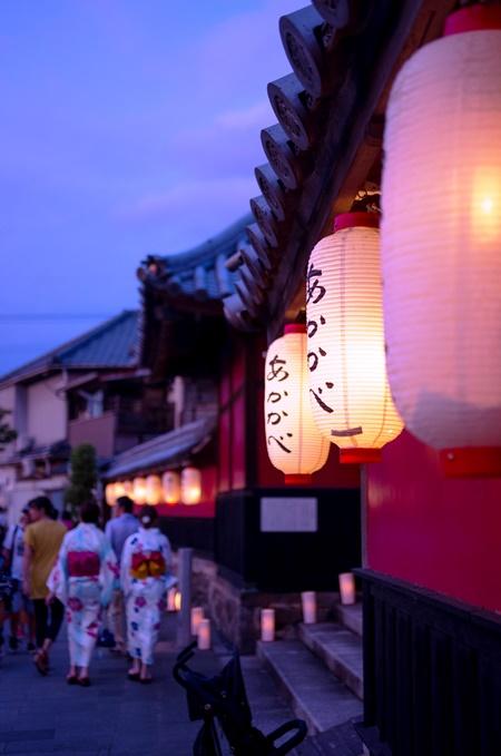 「灯篭に照らされた町」 瀬戸間 博 様(2017年8月)